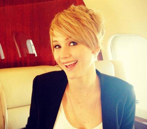 Az új frizurát büszkén mutatta meg a rajongóknak Twitter oldalán.