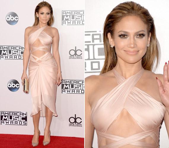 Jennifer Lopez egy testszínűReem Acra ruhát választott az eseményre, melyhezChristian Louboutin cipőt húzott.