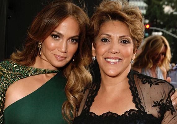 Jennifer Lopez mindig számíthat édesanyjára, aki az ikrekre is gyakran vigyáz.