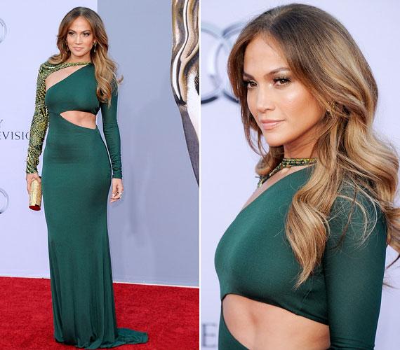 A szexis énekesnő smaragdzöld Emilio Pucci ruhája eléggé kihangsúlyozta a díva híres domborulatait.
