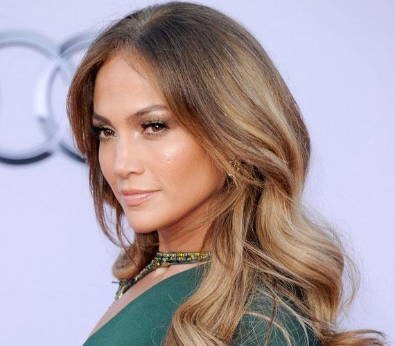 Az énekesnő nemrég forgatta le I'm Into You című videoklipjét, melyben a latin szépfiúval, William Levy Gutiérrezzel enyeleg.