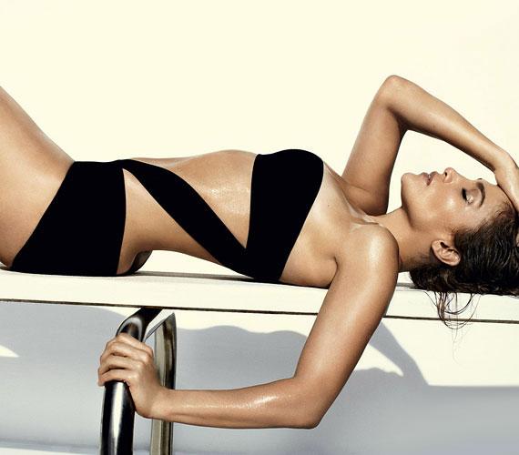 A Vogue magazinnak is egy dögös fürdőruhában pózolt, ő szerepelt a júniusi szám címoldalán is.