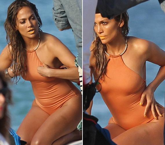 Jennifer Lopez nem fél megmutatni alakját, a testszínű fürdőruhában lenyűgözően néz ki, bár a narancs rúzs kicsit ront az összképen.