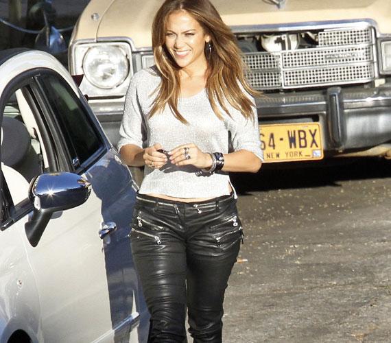 Jennifer Lopez 42 évesen dögösebb, mint valaha - formás idomai kétségkívül jól mutattak a szoros bőrnadrágban.
