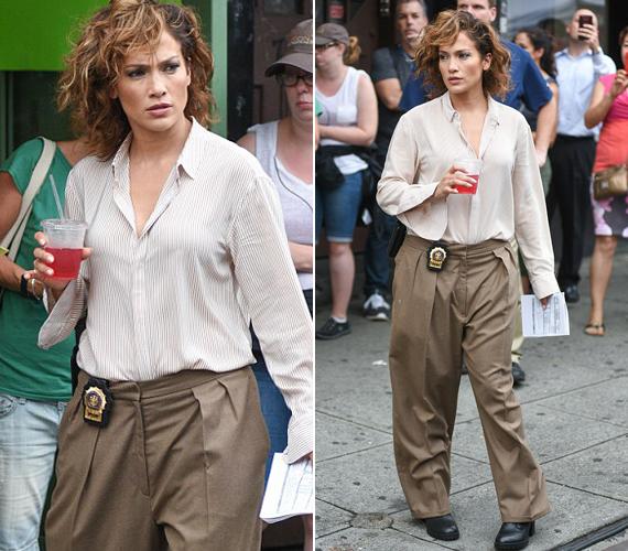 Ez a barna nadrág nagyjából háromszor akkora, mint Jennifer Lopez, és akkor még nem is hoztuk szóba, hogy az énekesnő a hangja mellett az átlagnál nagyobb és kerekebb fenekéről is híres, amin lóg ez a gatya.
