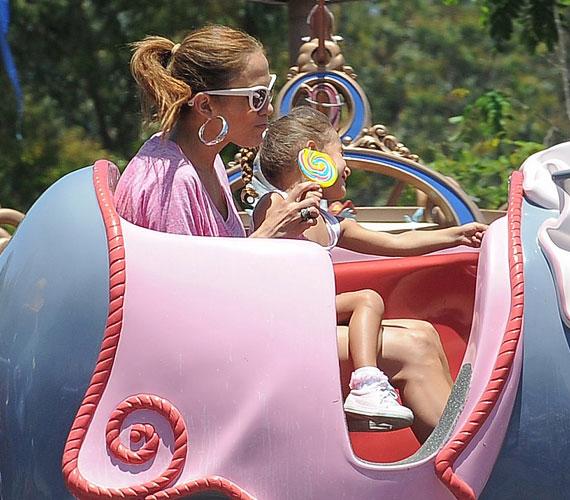 Jennifer önfeledten körözött lányával Dumbo, a repülő elefánt hátán, és még a diétát is felfüggesztette - vígan majszolta a nyalókát.