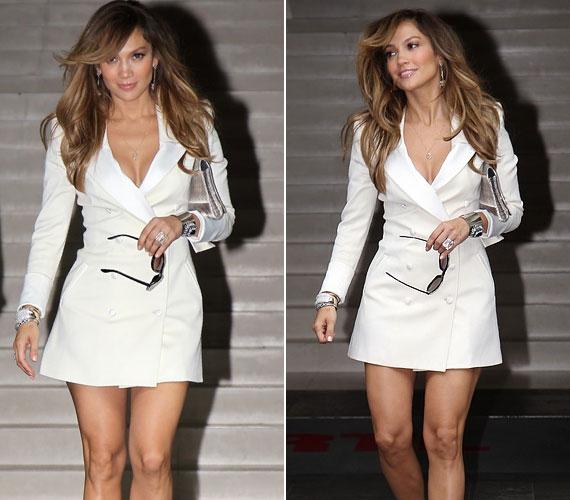 Lopez a közelmúltban a Gillette Venus női borotva reklámembere lett, talán ezért is mutogatja annyit tökéletesen sima, szexis lábait.