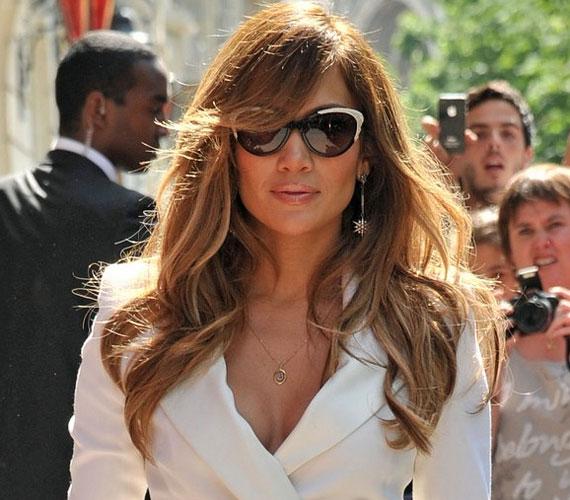 A 41 éves előadó egy rádióműsorba volt hivatalos, ahol legújabb lemezéről, a Love?-ról és az American Idol tehetségkutatóról is szó esett.