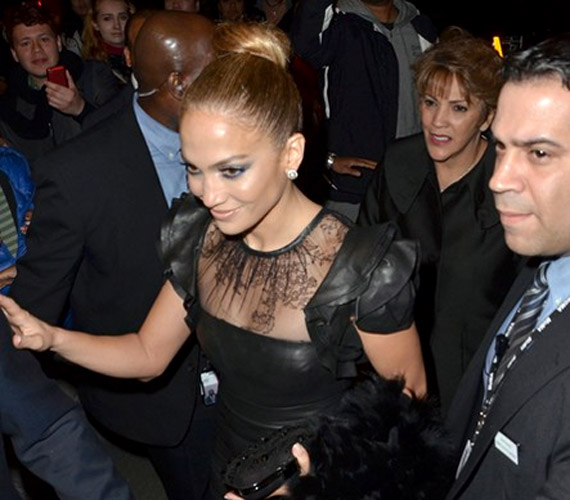 Jennifer Lopez testőrök gyűrűjében érkezett a gálára.