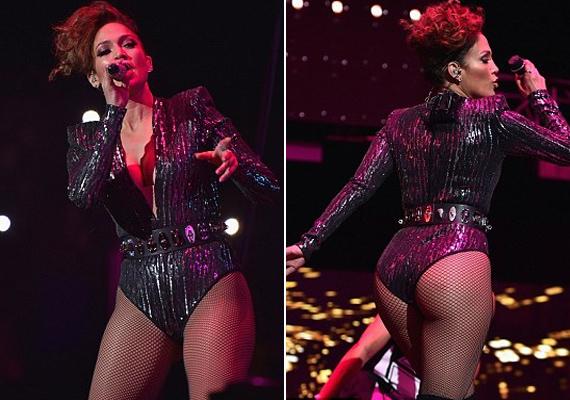 Még a közönség is meglepődött, hogy ennyit mutat magából az énekesnő a színpadon.