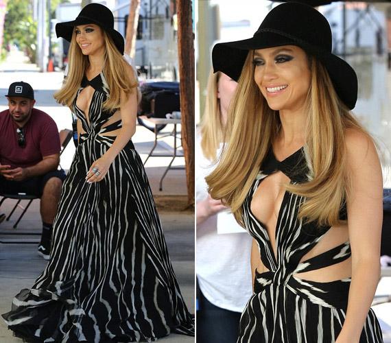 Jennifer Lopez a filmben elég konzervatívan öltözik, míg a való életben szereti a merészebb ruhákat, mint például ez a csíkos.