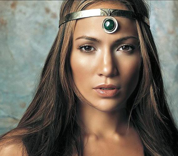 Egy harcos fantasybe is beillene méltóságteljes amazon királynőként.