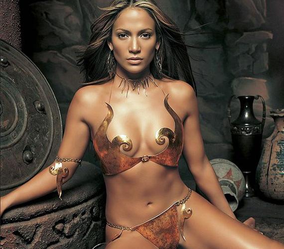 Testét csak egy fémből kovácsolt bikini takarta.