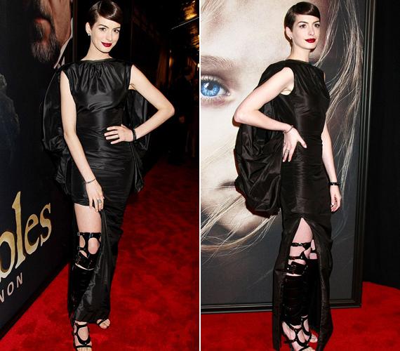 Anne Hathaway új filmje, a Nyomorultak premierjére érkezett ugyanabban a csizmában, amiben Jennifer Lopez a Harper Bazaar lapjain feszít.