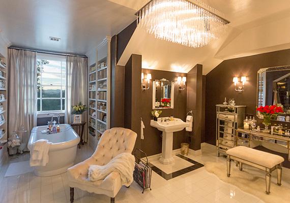 A fürdőszobák mindegyike megállja a helyét szobaként is: a tágas helyiségben egy fésülködőasztal is található, a kádból pedig a zöld hegyekre látni.