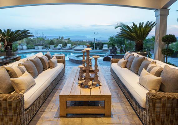 A medence mellett kényelmes kanapékon tudnak pihenni a ház lakói és a vendégek.