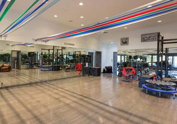 A ház lakói a testük edzésére is odafigyelhetnek, a hatalmas edzőterem egyben táncterem is.