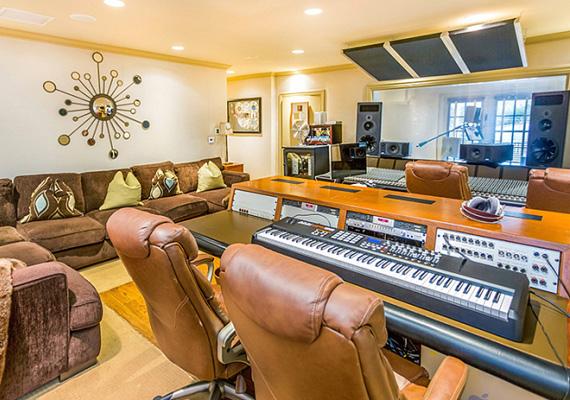 Természetesen egy mindennel felszerelt stúdió is helyet kapott az épületben, hiszen Jennifer Lopez és exférje is a zeneiparban dolgoznak.