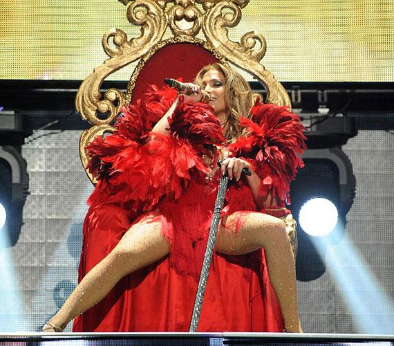 Hatásos díszlet: Jennifer Lopez a fesztivál királynőjeként egy vörös bársony trónon foglalt helyet a színpadon.