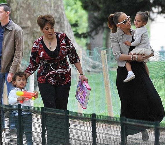 Jennifert és az ikreket a nagyi, Guadalupe Lopez és egy biztonsági őr kísérte, anélkül még Párizsban se tehetik ki a lábukat a hotelból.