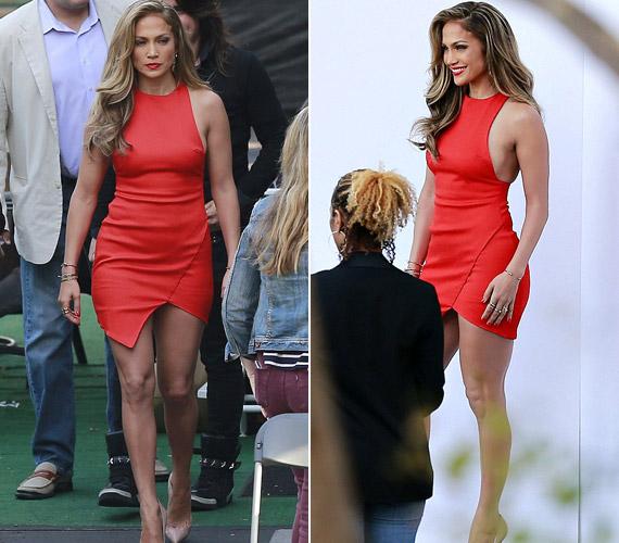 Az American Idol felvételére többször érkezett szexi ruhában, ez a bőrhatású, aszimmetrikus ruha igen jól kiemelte az alakját.