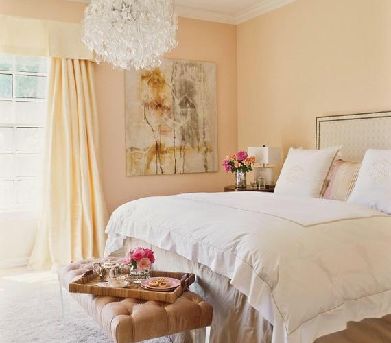 A vendégszoba barackszínű falai nyugalmat árasztanak, Jennifer kérésére a tervezők a hálóknál szándékosan kerülték az élénk falakat és a mintás tapétákat.