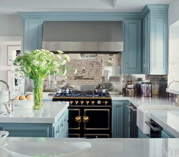 A konyha színének alaptónusa a szürke és a babakék lett, a berendezés pedig a negyvenes évek bútorait idézi, miközben ultramodern készülékeket rejt.