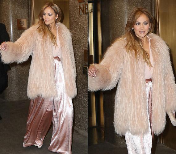 Még egy rózsaszín szőrös kabáttal is tetézte az összhatást.