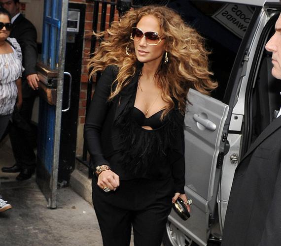 Jennifer Lopez az elmaradhatatlan napszemüveggel és hatalmas lobonccal - bár valószínűleg mindenki a melltartóját bámulta, amit merészen kivillantott.