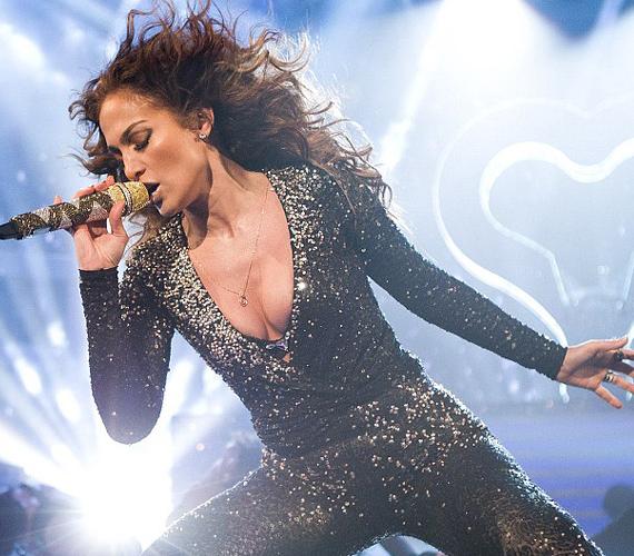 A színpadon sem szégyenlősködött: egy testhezálló overallban adta elő legújabb slágerét, az On the Floor címűt.