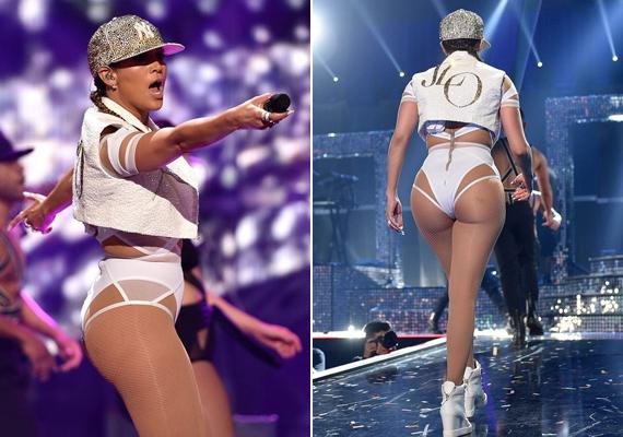 Egy baseballsapkával és egy J.Lo feliratú mellénykével is megspékelte az öltözetét az este folyamán az énekesnő.