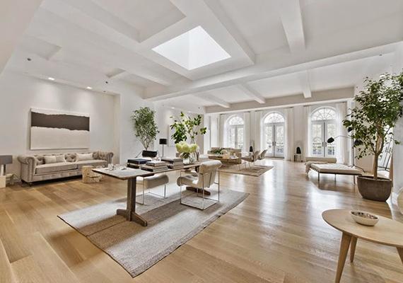 Ahogyan az apartman többi részét, úgy a nappalit is a világos színek és légies elosztás teszi meghitté és otthonossá.