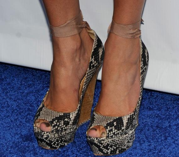 Úgy tűnik, J.Lo kedvence mostanában a kígyóbőr, ezúttal egy pánttal megkötött platós szandálra esett a választása.