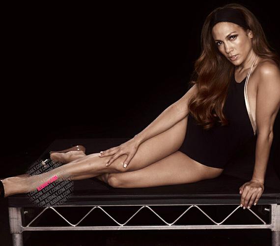 Jennifer Lopez egy fekete, egyberészes fürdődresszben pózolt a képeken, a hajában pedig egy fekete pánt volt, hogy az arcát jobban hangsúlyozza.