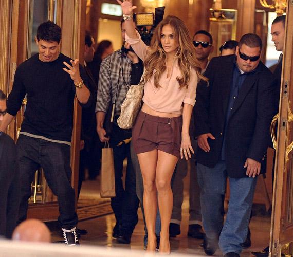 Jennifer Lopez kedvesen üdvözölte a rá váró tömeget és fotósokat. A cipőt kivéve ruhadarabjai a színésznő saját tervezései.
