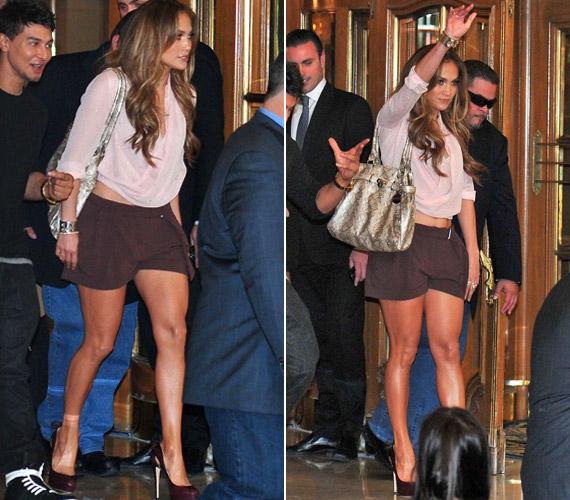 Novemberben a lesifotósok akkor kapták lencsevégre, amint meglehetősen lenge öltözetben hagyta el Buenos Aires-i hotelszobáját.