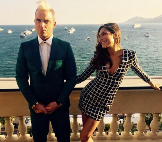 A 41 éves Robbie Williamset és feleségét, Ayda Fieldet egyszerre perelte be május elején egy korábbi alkalmazottjuk, Gilles De Bonfilhs, aki azt állította, a nő gyakran mászkált előtte ruhátlanul, a szexuális életéről beszélt és őt is erről faggatta. Bár Robbie is vádlottként van megjelölve, őt nem vádolja szexuális zaklatással a férfi.