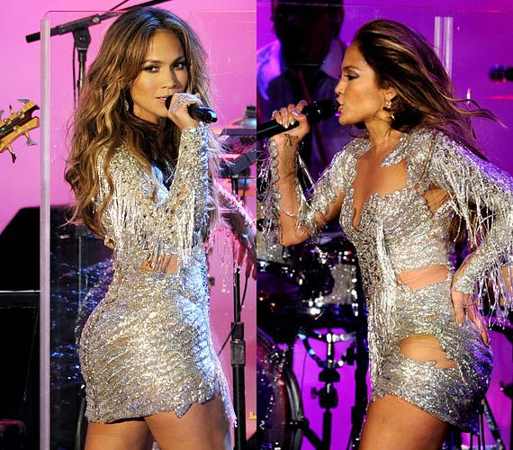 Jennifer Lopez másik nagy kedvence az ezüst és a csillogó anyagok, az pedig szinte már alap, hogy a választott dressz szemet csalogató kivágással rendelkezzen mell- és egyéb tájékon.