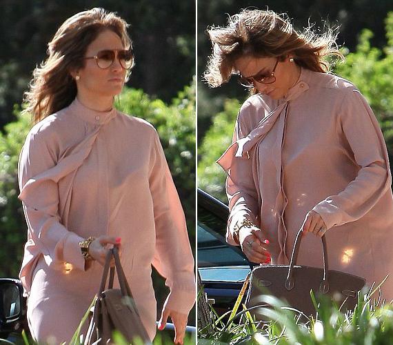 Bő, rózsaszín ingruhája miatt keztek el arról pletykálni, hogy az énekesnő gyermeket vár fiatal barátjától.