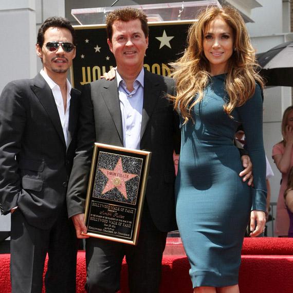 Mark Anthony, Simon Fuller és Jennifer Lopez együtt pózoltak a vörös szőnyegen - de mi az a kis pocak?