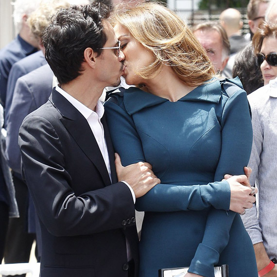 A sztár és férje egész idő alatt szerelmesen bújtak össze, a fotósok sem érdekelték őket.