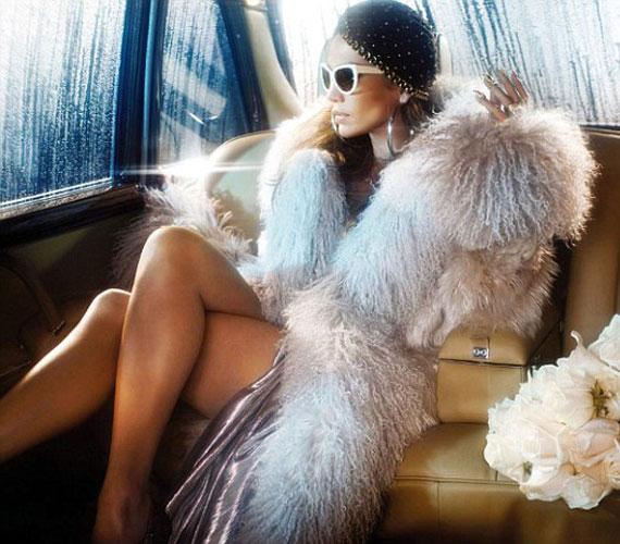Ezen a képen igazi dívaként pózolt egy limuzin hátsó ülésén, miközben a fényűző bunda alól kivillantotta formás lábait.