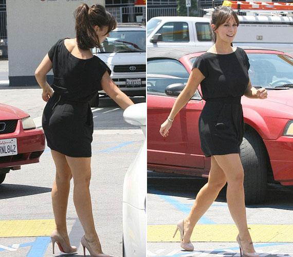 Kerek fenék és vastagabb combok - Jennifer Love Hewitt így is nagyon jól érzi magát a bőrében, de egy hosszabb szoknyában csinosabb lenne.
