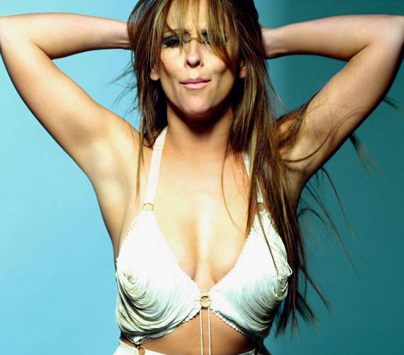 A klipben a 33 éves színésznő Peggy Lee klasszikusát, az I'm a woman című dalt adja elő egy szál melltartóban.