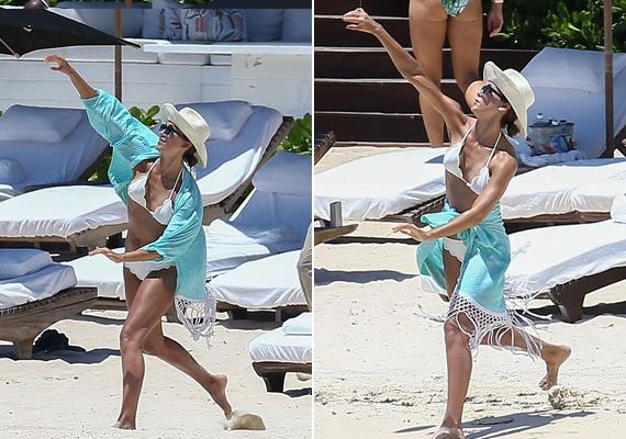 A tökéletes példa arra, hogy milyen jól lehet variálni egy strandkendőt. Amikor Jessica és Cash megunták a napozást, strandlabdáztak egy kicsit a parton.