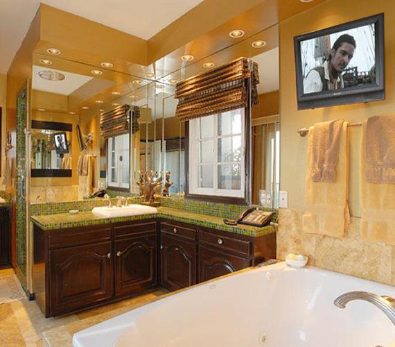 A tágas fürdőszobában nyugodtan pihenhet és szépítkezhet bárki, a kádból pedig a falra szerelt tévé is látható.
