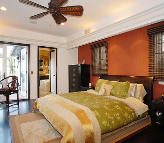 A hálószobában a természetes színek a jellemzőek, a franciaágyból a kilátás is élvezhető.