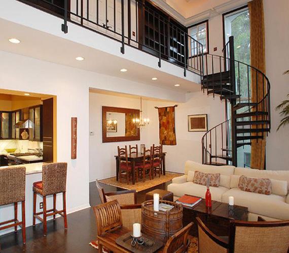 Alul kapott helyet az egybeépített konyha és a nappali, az emeletre hangulatos csigalépcsőn lehet feljutni.