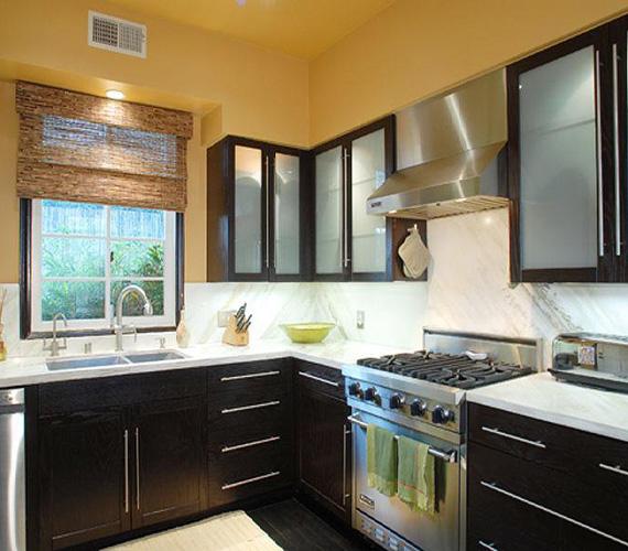 A konyhát egyszerűen, ám praktikusan rendezték be, a nélkülözhetetlen eszközök megtalálhatóak benne.