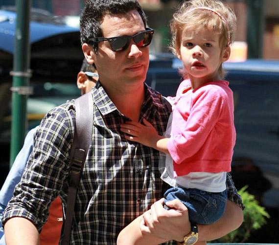A büszke apuka, Cash Warren is igyekszik minél többet foglalkozni kislányukkal.